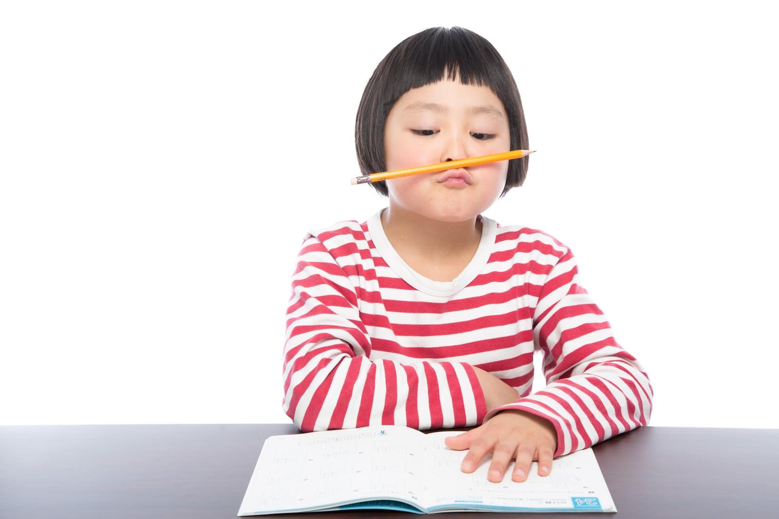 勉強してる子ども